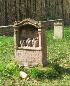 Weihestein mit Opfergaben im Kulthof