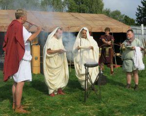 Ein Aulet begleitet ein römisches Opferritual (Haltern, 2014)