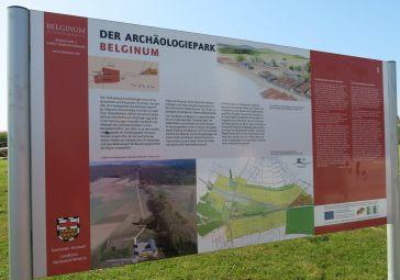 Überall im Park finden sich Informationstafeln auf Deutsch, Englisch und Französisch